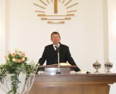 Bezirksältester Jobes am Altar in Eschweiler